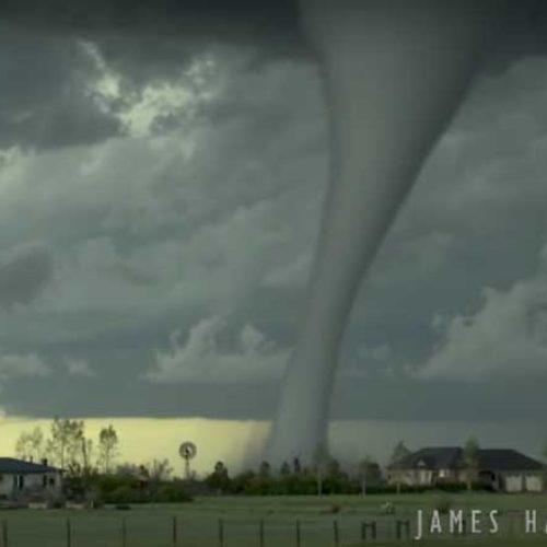 Krystallklar video av nærmest perfekt tornado i USA!